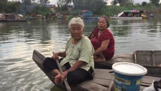 Các hộ dân gốc Việt trên sông Tonle Sap nói với BBC rằng không biết phải sống ra sao khi bị đưa lên bờ