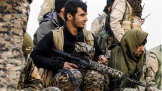 أفراد من القوات الديمقراطية السورية على مقربة من قرية بير فواز بالقرب من الرقة (8 فبراير/شباط 2017)