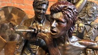 Статуя Боуи