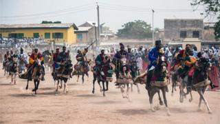 Members of the Durbar procession race di final stretch to di Emir's palace in Kano, northern Nigeria on July 6, 2016.