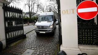 Микроавтобус выезжает с территории посольства России в Лондоне