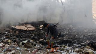 محل بمباران در یمن که به کشته شدن بیش از یکصد و چهل نفر انجامیده است