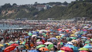 ازدحام جمعیت در ساحل بورنموث در جنوب غربی انگلستان امروز پنجشنبه ۲۵ ژوئن