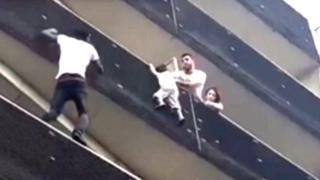 Momento em que Gassama escalou prédio para salvar menino