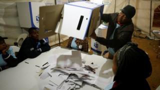 Dépouillement du vote dans un bureau à Johannesburg