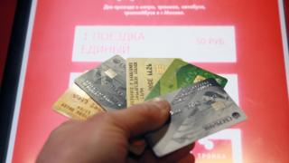 банковские карту у терминала оплаты проезда в московском метро