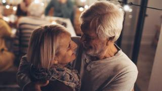 رجل وامرأة مسنان