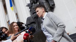 Савченко и журналисты у здания Рады