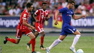 Mchezaji Alvaro Morata wa Chelsea akiwapita wachezaji wa Bayern Munich katika mechi iliokwisha 3-2