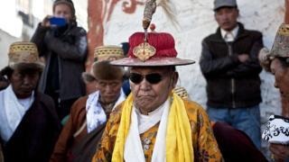 Король Джигме Палбар Биста в традиционном наряде на фестивале Тиджи в 2011 году