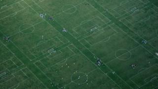 Vista aérea de canchas de fútbol.