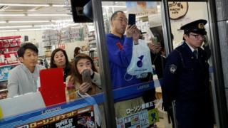 东京银座安倍、特朗普两家进餐餐馆附近警员阻止便利店顾客离开(5/11/2017)