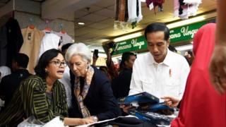 Christine Lagarde bersama Presiden Joko Widodo dan Menteri Sri Mulyani belanja di Pasar Tanah Abang