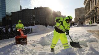 Комунальні служби прибирають сніг