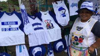 Vendedora de camisetas en Nicaragua