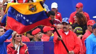 Николас Мадуро машет флагом Венесуэлы 2 февраля 2019 года