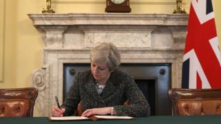 Primeira-ministra britânica assina Artigo 50, que oficializa saída do Reino Unido da União Europeia