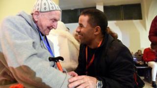 حضر الحفل جان بيير شوماخر (يسار الصورة)، وهو آخر الناجين من عملية اختطاف الرهبان