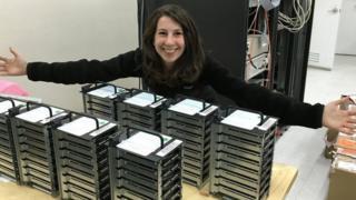 博曼與載有望遠鏡搜集得來的資料的電腦硬盤合照。