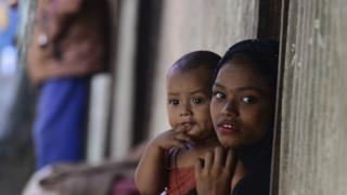 امرأة وطفل من الروهينجا