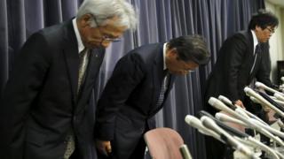 記者会見で謝罪する三菱自動車の相川社長(20日、都内で)