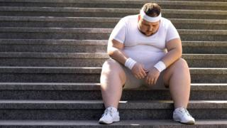 رجل بدين يحاول تعب من إنقاص وزنه