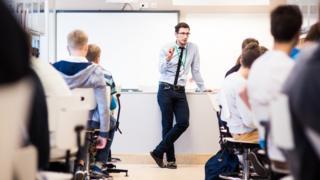 Professor em sala de aula na Estônia