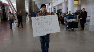 John F. Kennedy havaalanında bir protestocu