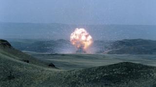 ১৯৮৯: আইএনএফ চুক্তির আওতায় সোভিয়েত এসএস-২৩ মিসাইল ধ্বংস করা হচ্ছে