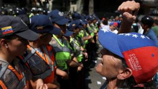Una mujer grita ante la policía