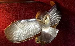 جغد اصلی از طلا و نقره ساخته شده و به کسی تعلق میگیرد که نمونه بدلی را پیدا کند