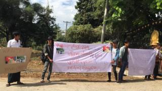 တက္ကသိုလ်ရှေ့ဆန္ဒပြနေတဲ့ ကျောင်းသားတချို့