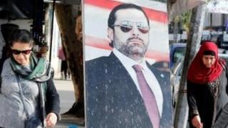 People walk next to picture of Saad Hariri, Beirut (06/11/17)