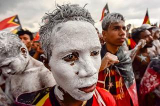 Militantes de un partido político participan en una manifestación en Dili, Timor Oriental.