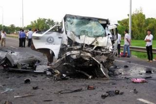 """Hiện trường vụ xe rước dâu chạy trên Quốc lộ 1 ở Quảng Nam """"đấu đầu với ô tô đầu kéo chạy chiều ngược"""" làm 13 người tử vong"""