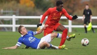 نوامبر ۲۰۱۳، جرج گرین، بازیکن ۱۷ ساله اورتون در مسابقات زیر ۱۸ سال انگلیس زیر پای سی اوجو از لیورپول تکل زده است