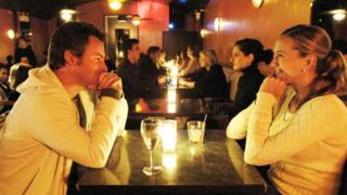 Hai người độc thân tại một bữa tiệc 'nhìn vào mắt nhau' ở một hộp đêm tại Manhattan, New York. Ảnh chụp hồi 2006.