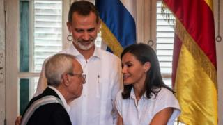 "Spain's King Felipe VI (C) and Queen Letizia (R) greet Havana's historian Eusebio Leal after awarding him with the Grand Cross of the Royal and Distinguished Spanish Order of Carlos III, at the ""Palacio de los Capitanes"" in Old Havana, on November 13, 2019. - The Spanish royals are in a four-day trip to Cuba for Havana's 500th annive"