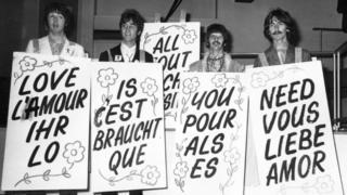 """24 июня 1967 года. Накануне прямой трансляции программы """"Наш мир"""" """"Битлз"""" сфотографировались с лозунгом """"Любовь - это все, что тебе нужно"""" в студии на Эбби Роуд"""