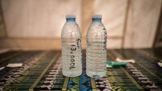 Uzorci vode na stolu Crvenog krsta.