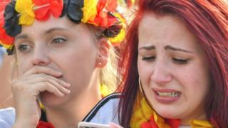 فتاة يبدو عليها الحزن