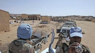 Les casques bleus accusés d'avoir ignoré l'appel à l'aide des humanitaires lors de l'attaque de leur complexe par des soldats sud-soudanais à Juba, en juillet 2016.