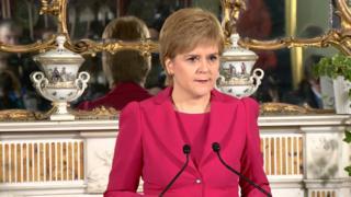 スコットランド・エジンバラの公邸で会見するニコラ・スタージョン自治政府首相