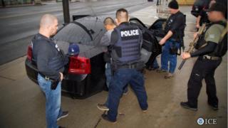 الشرطة في لوس أنجليس تعتقا مهاجرا غير قانوني هذا الشهر