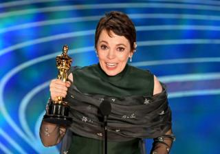 in_pictures Olivia Colman holds her Oscar for Best Actress