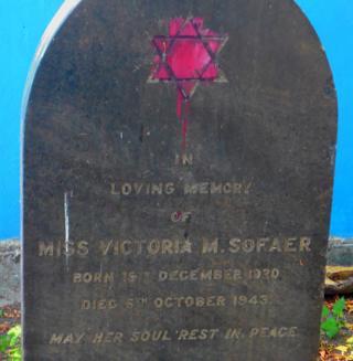 La tumba de Victoria Sofaer.