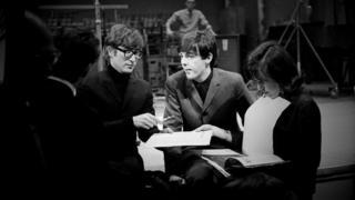 Леннон и Маккартни заполняют бумажки на ВВС
