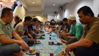 Wasu Musulmi lokacin da suka taru don yin buda baki a wani masallaci da ke birnin Kuala Lumpur a kasar Malaysia ranar Litinin