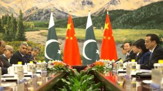 एका परिषदेदरम्यान चीन आणि पाकिस्तानचे प्रतिनिधी