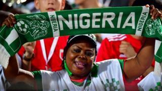 Une supportrice du Nigéria se réjouit de la victoire de son équipe.